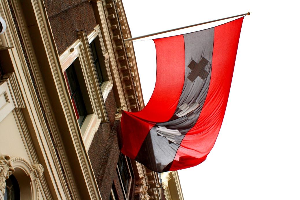 Het Grachtenhuis flag flying high and proud.