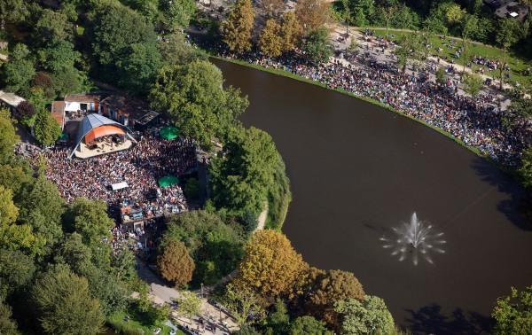 Amsterdam, 24 augustus.   Massale belangstelling voor het afscheidsconcert van Acda en de Munnik, zondagmiddag in het Openluchttheater in het Vondelpark.   foto Peter Elenbaas/HH